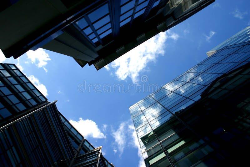 Edificio reflejado imagenes de archivo