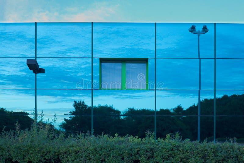 Edificio reflexivo imagenes de archivo