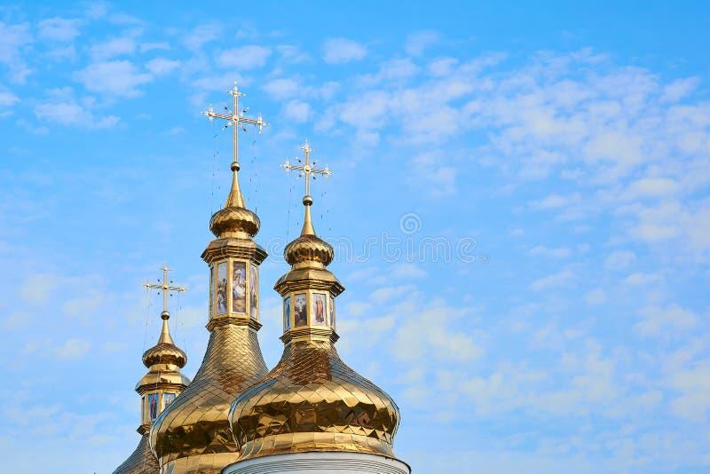Edificio religioso, catedral cristiana ortodoxa con las bóvedas de oro Catedral del Espíritu Santo Romny, oblast de Sumska, Ucran fotos de archivo