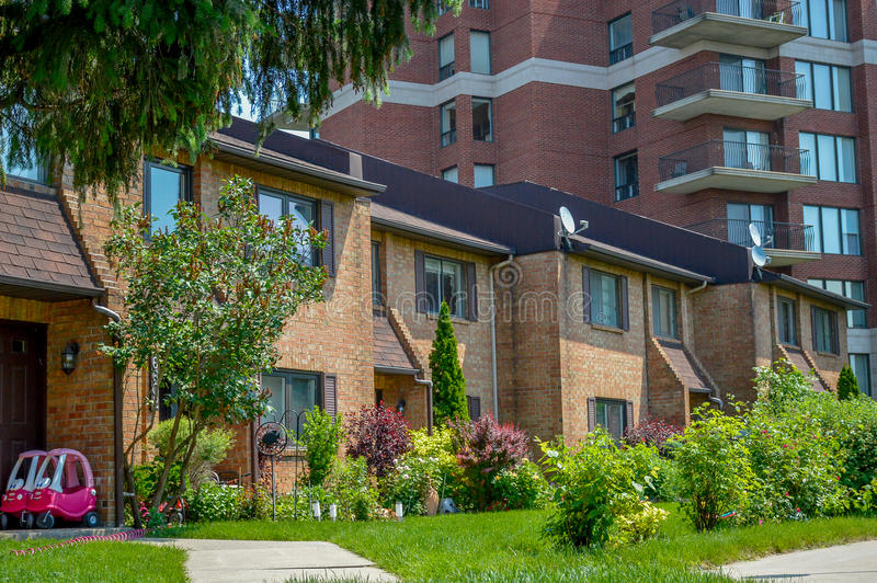 Edificio residencial con los balcones y la casa urbana fotografía de archivo