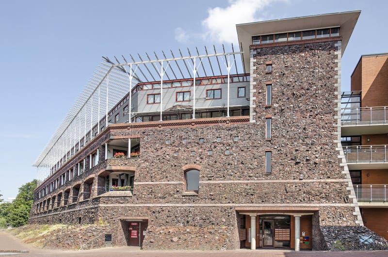 Edificio residencial de ladrillo reciclado fotos de archivo