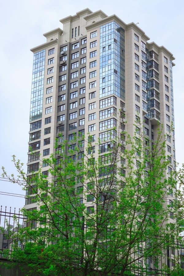 edificio residencial del cielo azul foto de archivo libre de regalías