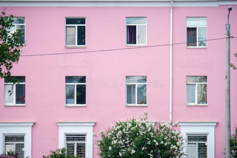 Edificio residencial del color brillante en una peque?a ciudad fotos de archivo