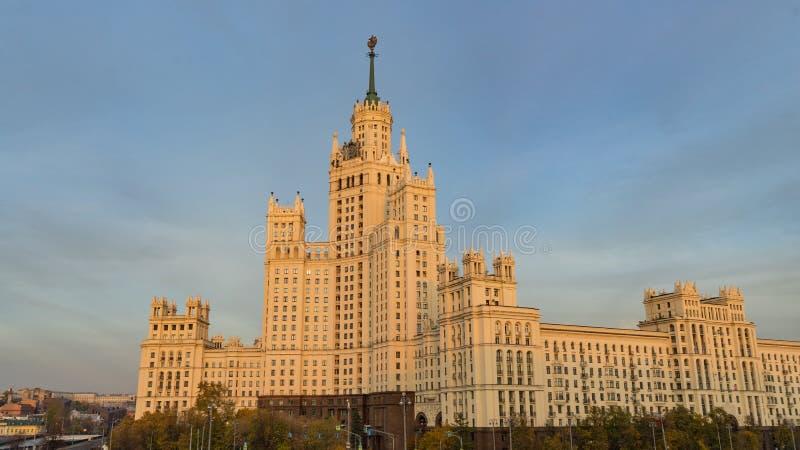 Edificio residencial en el terraplén de Kotelnicheskaya, uno de siete rascacielos estalinistas en Moscú foto de archivo libre de regalías