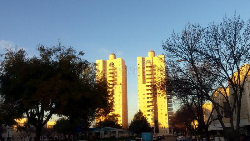 Edificio residencial moderno Ciudad modificada Israel La gente lo llama la Torre de David fotografía de archivo libre de regalías