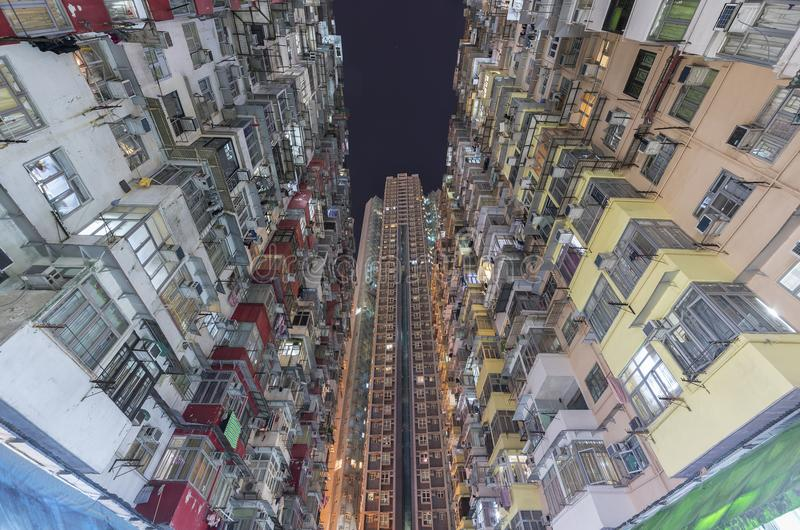 Edificio residencial viejo y nuevo apretado en la ciudad de Hong Kong imagen de archivo libre de regalías
