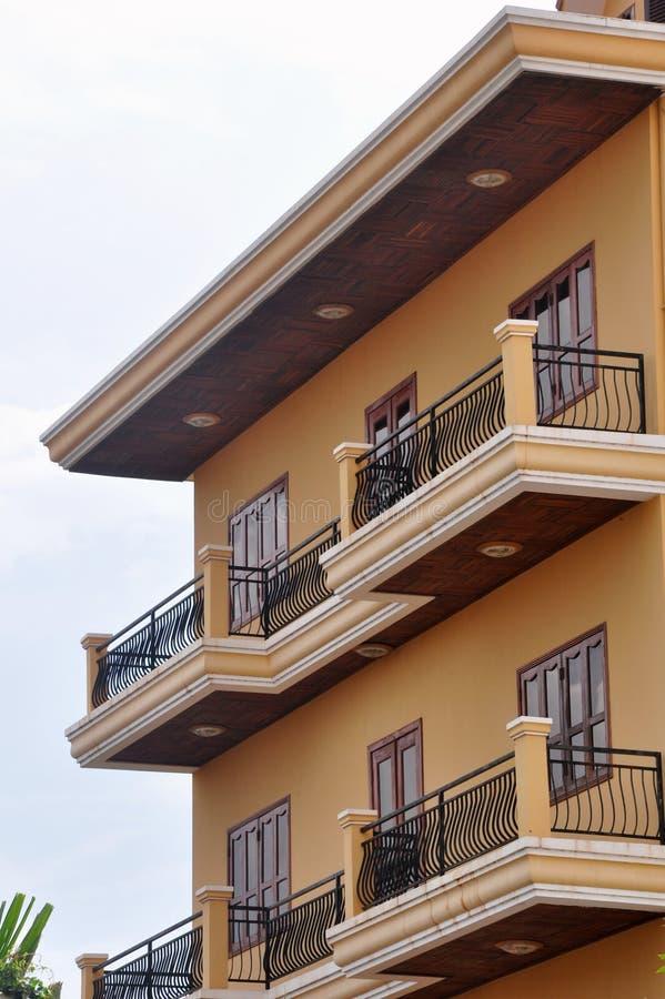 Edificio residenziale adorabile con i balconi immagini stock libere da diritti