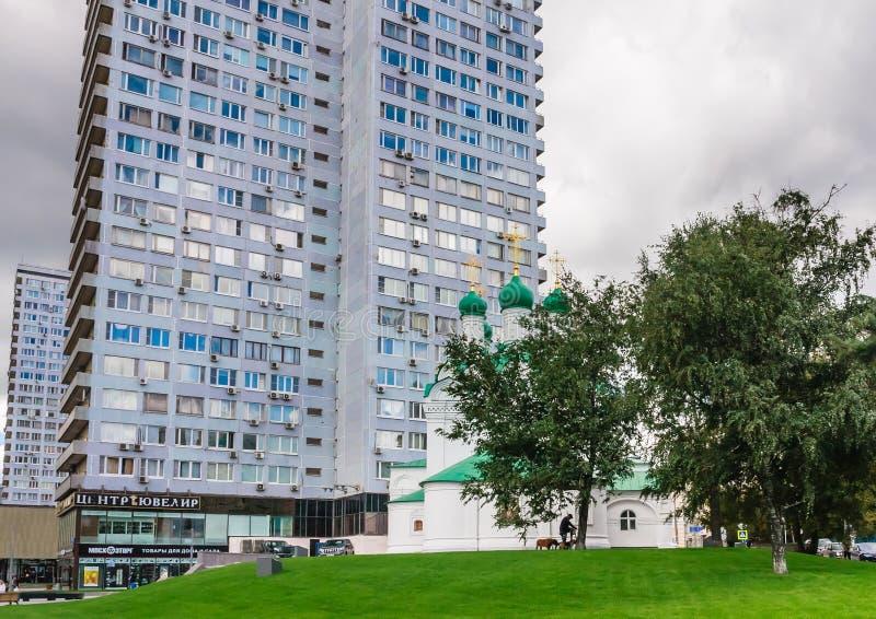 Edificio residenziale del piano ventiquattro e la chiesa di Simeon mosca fotografia stock