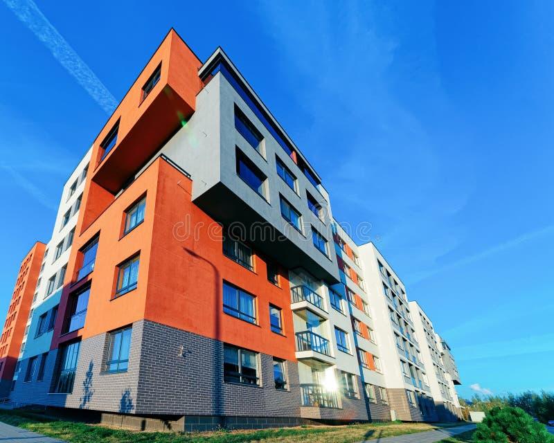 Edificio residenziale domestico moderno e del condominio all'aperto immagine stock