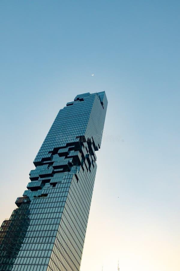 Edificio residenziale moderno con il chiaro cielo durante la penombra fotografia stock libera da diritti