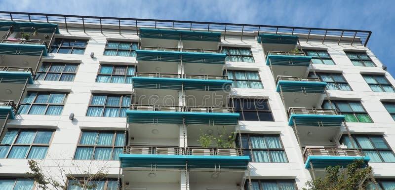 Edificio residenziale moderno nell'area suburbana fotografia stock
