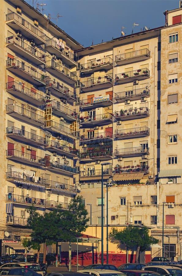 Edificio residenziale nella parte non turistica di Napoli al giorno soleggiato fotografia stock libera da diritti