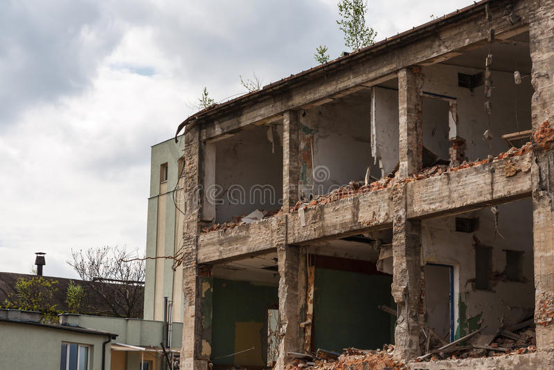 Edificio residenziale rovinato abbandonato fotografia stock libera da diritti