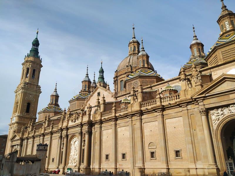Edificio restaurado viejo con muchas altas torres en un pequeño pueblo español imagenes de archivo