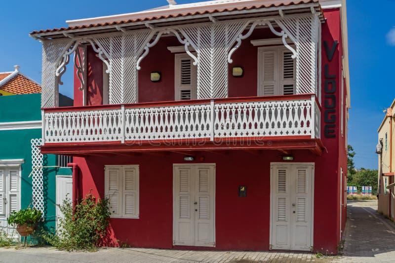 Edificio rojo viejo con las opiniones de Otrobanda Curaçao del balcón imagen de archivo