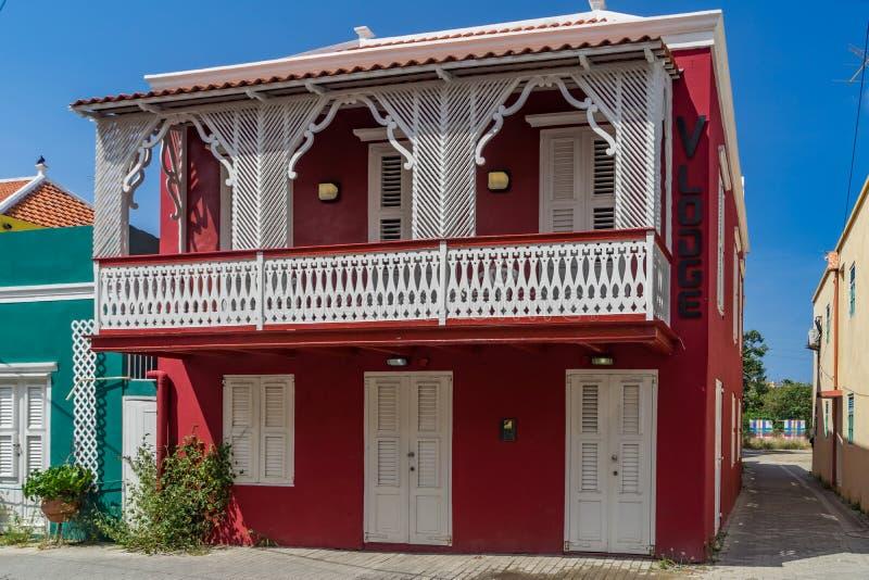 Edificio rojo viejo con las opiniones de Otrobanda Curaçao del balcón foto de archivo libre de regalías