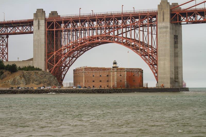 Edificio rojo visto a través de puente Golden Gate imagen de archivo