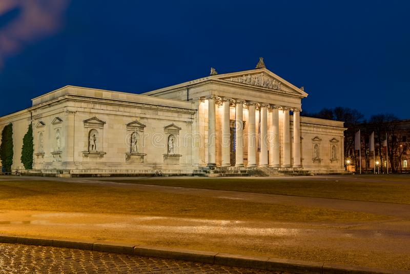 Edificio romano en el Koenigsplatz en la hora azul foto de archivo
