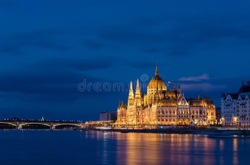 Edificio sobre la hora azul, tiro largo del parlamento de Budapest de la exposición imagen de archivo libre de regalías