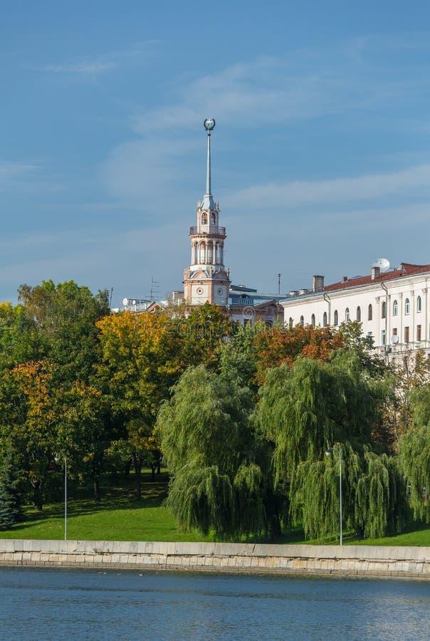 Edificio soviético viejo en Minsk céntrico cerca del río de Svisloch imagen de archivo libre de regalías