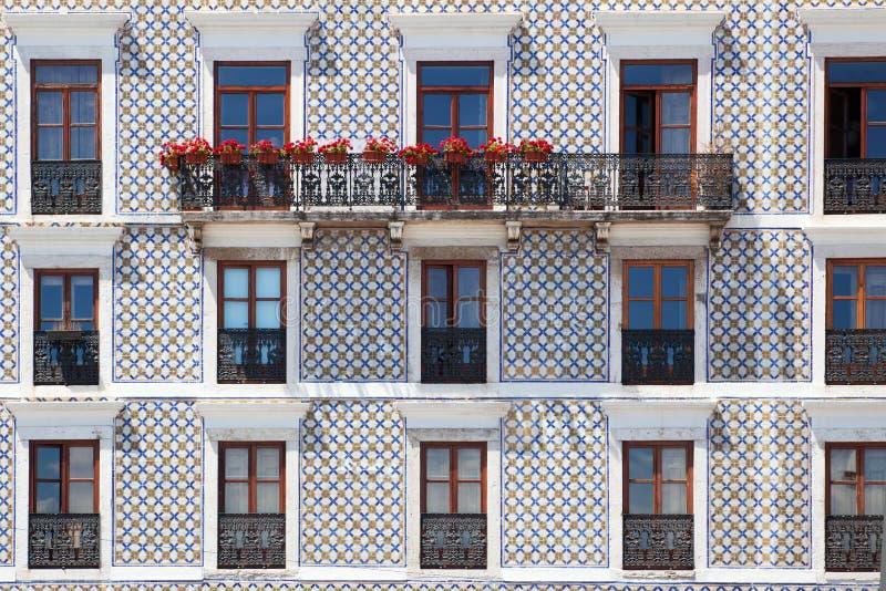 Edificio típico en Lisboa con las tejas viejas imagen de archivo