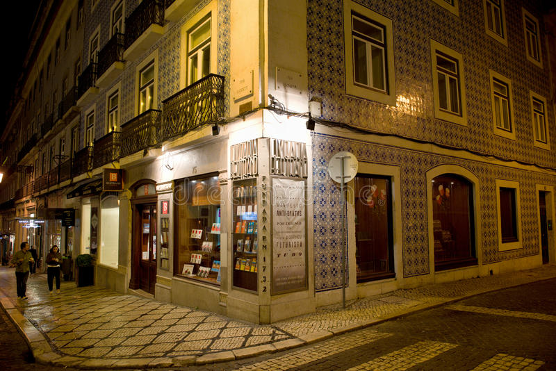 Edificio típico en Lisboa con las tejas viejas en noche foto de archivo
