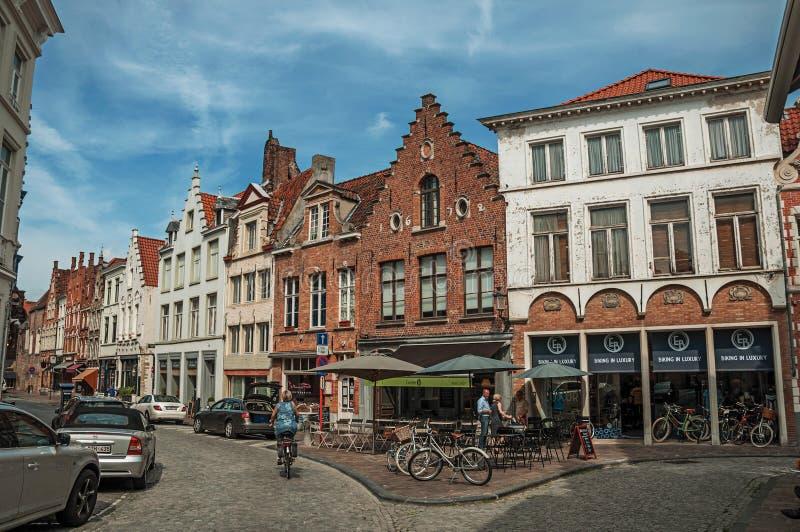 Edificio, tiendas y gente de ladrillo en la calle de Brujas fotografía de archivo libre de regalías