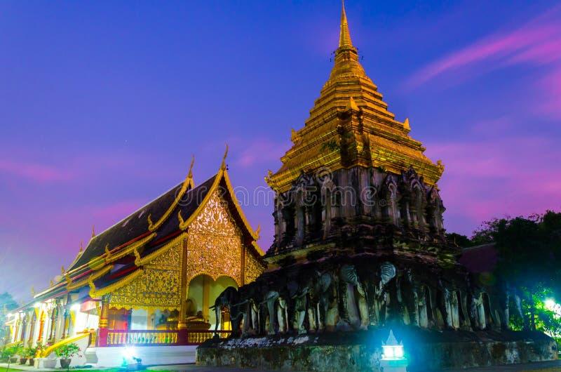 Edificio tradicional antiguo pacífico tranquilo del templo en el tiempo de la puesta del sol imagenes de archivo