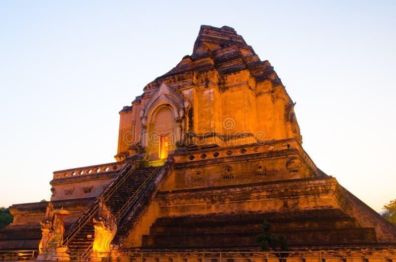 Edificio tradicional antiguo pacífico tranquilo del templo en el tiempo de la puesta del sol imagen de archivo