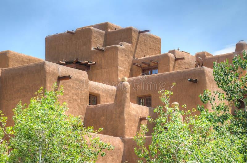 Edificio tradicional del estilo de Adobe en Santa Fe imagen de archivo