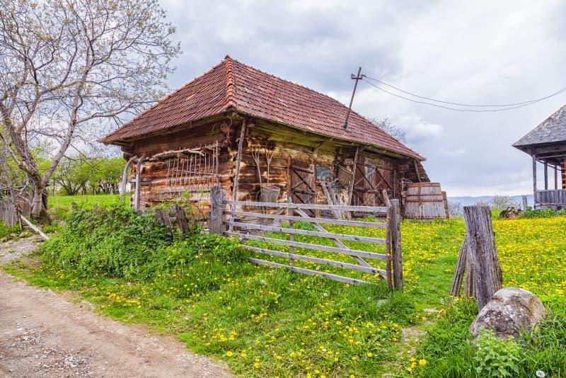 Edificio tradicional del pueblo de las montañas de Trasylvania fotografía de archivo libre de regalías