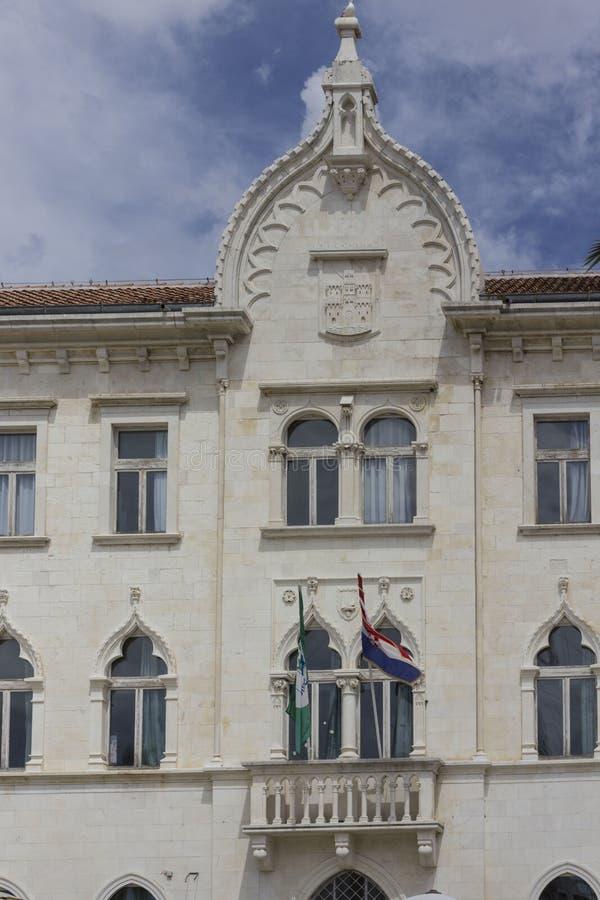 Edificio veneciano antiguo que recibe la escuela primaria Peter Berislavic en Trogir, Croacia foto de archivo