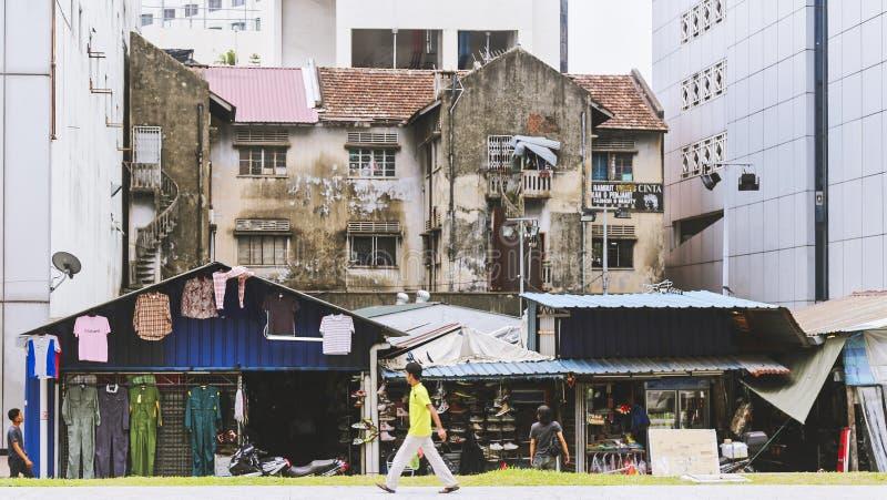 Edificio viejo con las tiendas entre edificios más nuevos imagenes de archivo