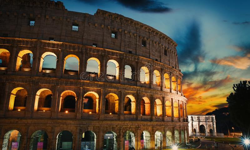 Edificio viejo de la puesta del sol y del coliseo en la ciudad de Roma, Italia imagenes de archivo
