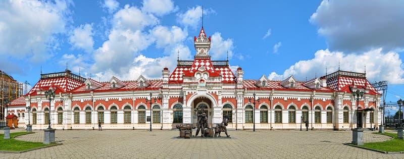 Edificio viejo del ferrocarril en Ekaterimburgo, Rusia fotografía de archivo libre de regalías