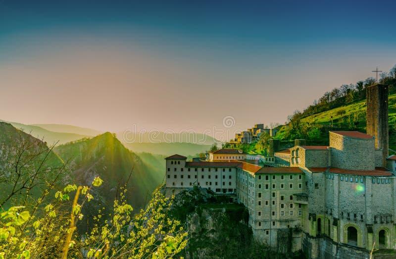 Edificio viejo en el borde de la montaña de la roca por la mañana con el cielo de la salida del sol Cordillera con niebla delan fotos de archivo