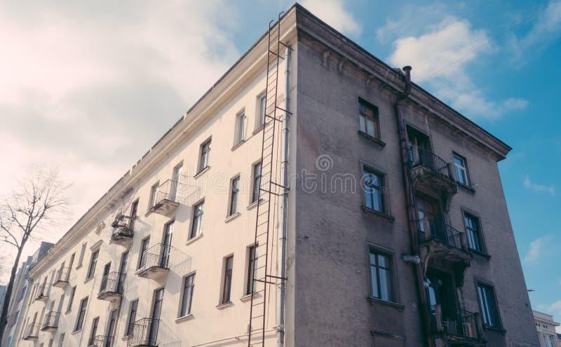 Edificio viejo en el día soleado fotografía de archivo