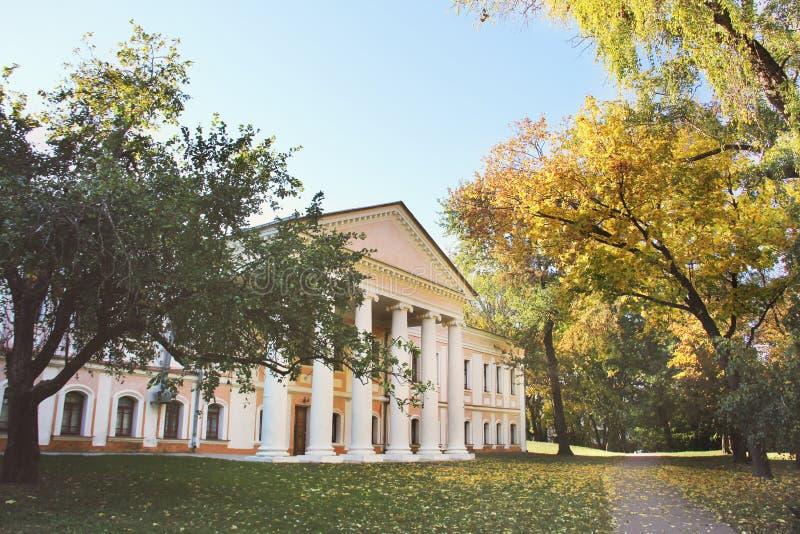 Edificio viejo en el parque foto de archivo libre de regalías