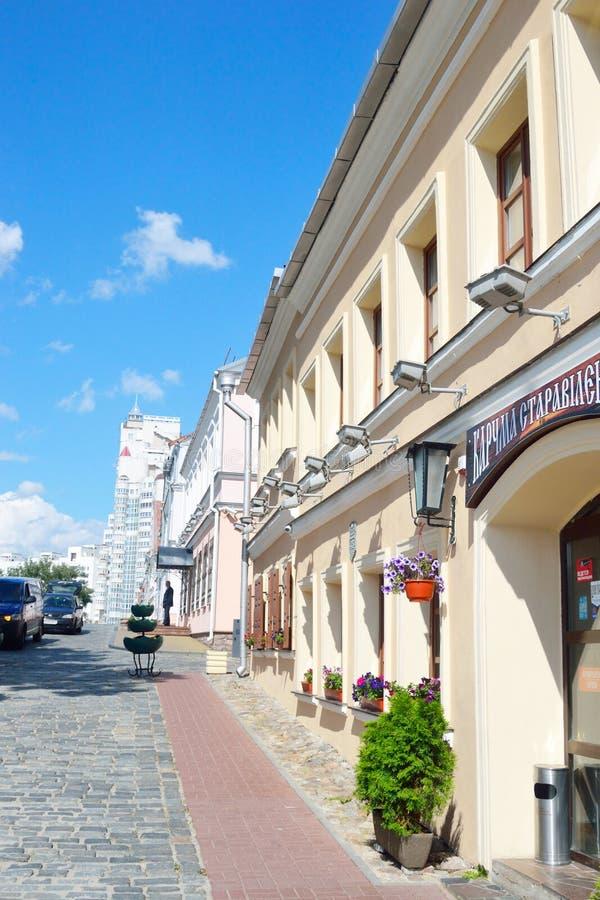 Edificio viejo en el suburbio de la trinidad en Minsk imagenes de archivo