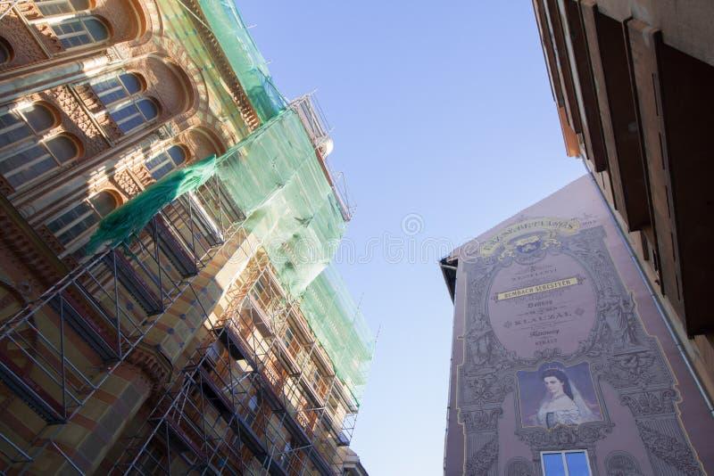 Edificio viejo en la ciudad de Budapest fotos de archivo