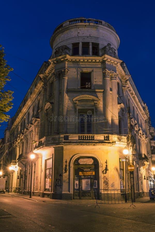 Edificio viejo en la noche en Bucarest fotografía de archivo