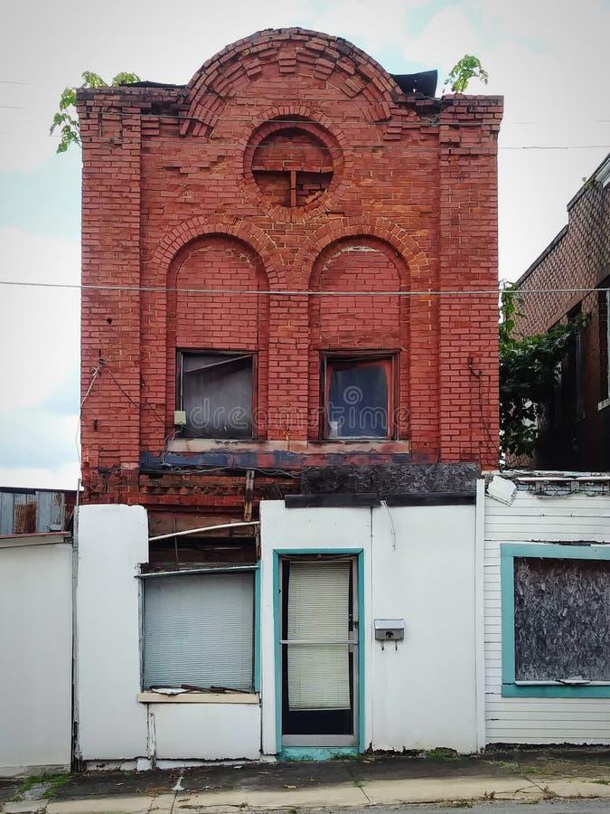 Edificio viejo en una pequeña ciudad foto de archivo libre de regalías