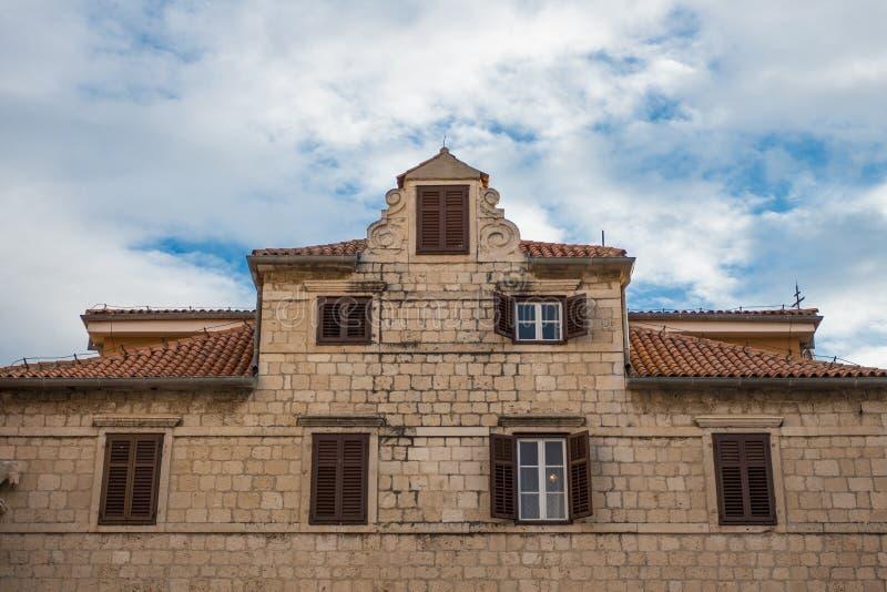 Edificio viejo hermoso en Zadar, Croacia con el cielo nublado azul foto de archivo libre de regalías