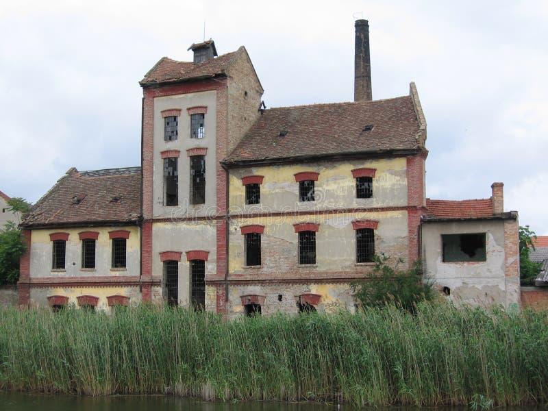 Edificio viejo por el río 2 imagen de archivo