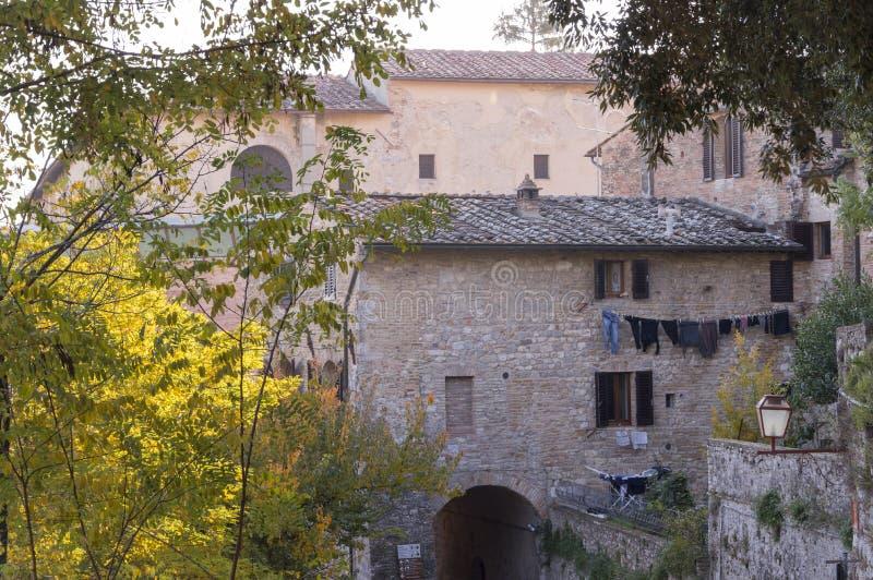 Edificio viejo y lavadero del lugar italiano en la primavera fotografía de archivo libre de regalías