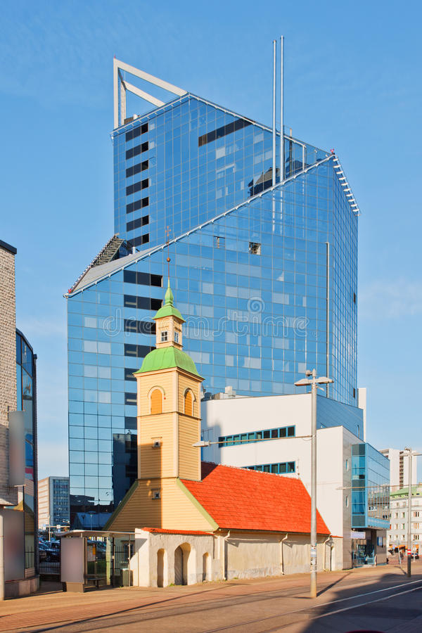 Edificio viejo y nuevo en Tallinn, Estonia fotografía de archivo libre de regalías
