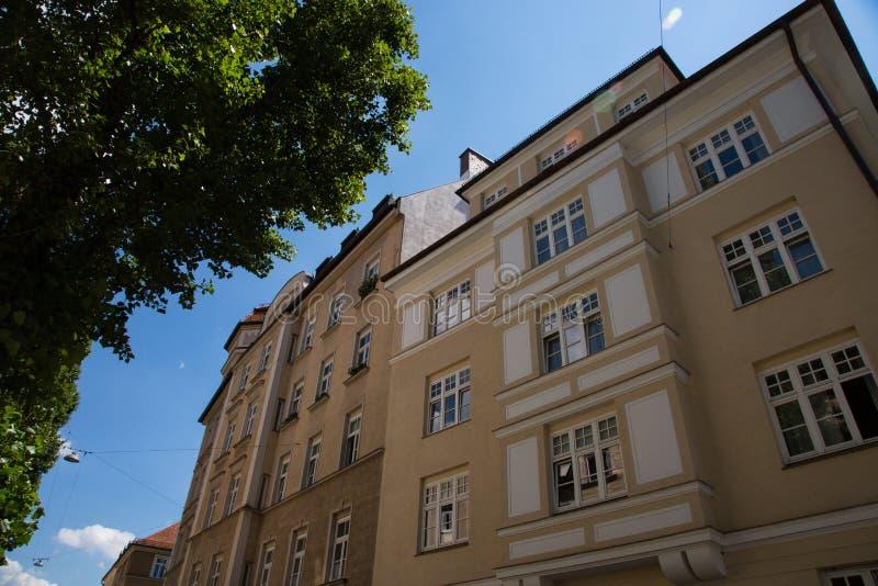 Edificio viejo y nuevo edificio, fila de casas en Schwabing fotos de archivo