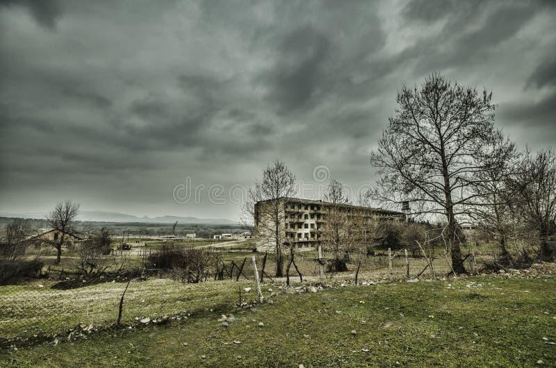 Edificio vivo militar abandonado en Gazakh Edificio viejo en el norte de Azerbaijan foto de archivo
