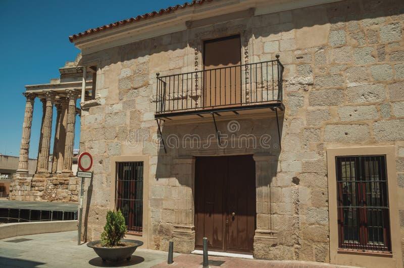 Edificio y balcón de piedra viejos en Mérida foto de archivo