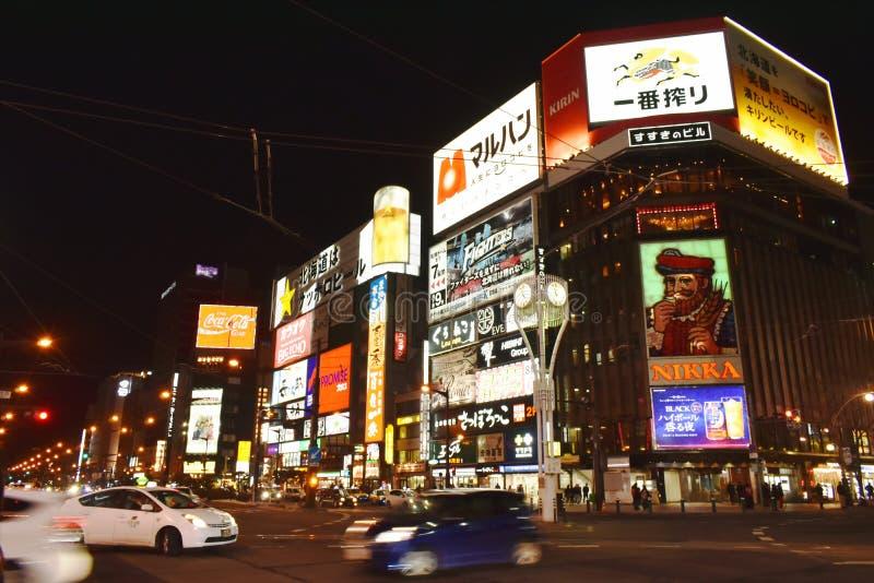 edificio y bandera de la publicidad del LED en la calle que camina de Tanukikoji en Supporo foto de archivo libre de regalías